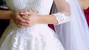 A noiva veste acima o vestido Noiva da manhã vídeos de arquivo