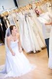 Noiva: Vestido da mulher e amigo vestindo rir imagens de stock royalty free