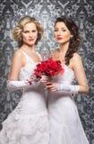Noivas novas, bonitas e emocionais com flores bonitas Imagens de Stock