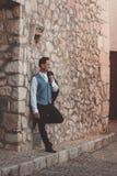 Noivo à moda que levanta na rua foto de stock royalty free