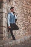 Noivo à moda que levanta na rua imagens de stock royalty free