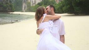 Noivo Carries Blonde Bride nos braços e nos beijos filme