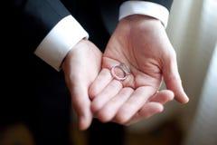 Noivo com anel de casamento Fotografia de Stock Royalty Free