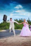 Noivo com buscas da mala de viagem para uma lua de mel Imagem de Stock Royalty Free