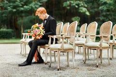 Noivo com flores imagem de stock royalty free