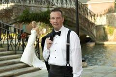 Noivo com a noiva no fundo Imagem de Stock Royalty Free