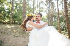 Noivo com a noiva no parque Fotos de Stock Royalty Free