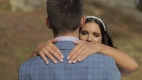 Noivo com a noiva no parque Pares do casamento Família feliz no amor vídeos de arquivo