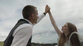Noivo com a noiva que tem um piquenique em montes de uma montanha Pares do casamento Fam?lia filme