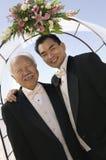 Noivo com o pai sob a arcada fora (retrato) foto de stock royalty free