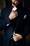 Noivo considerável à moda elegante que prepara-se na manhã holding Imagem de Stock Royalty Free