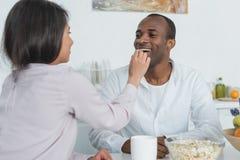 noivo de alimentação da amiga afro-americano com pipoca fotografia de stock