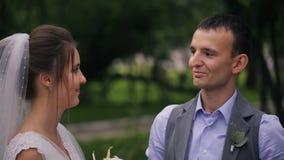 Noivo dos beijos da noiva na cerimônia de casamento na floresta fora filme