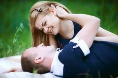 Noivo e amiga felizes na manta imagens de stock
