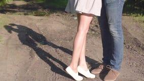 Noivo e amiga, par loving andando e beijando no por do sol em mestres rurais na natureza video estoque