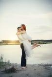 Noivo e noiva à moda delicados elegantes perto do rio ou do lago Pares do casamento no amor Fotografia de Stock