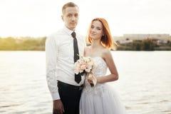 Noivo e noiva à moda delicados elegantes perto do rio ou do lago Weddi Imagem de Stock