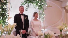 Noivo e noiva bonitos no restaurante newlyweds video estoque