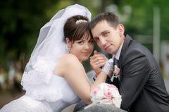 Noivo e a noiva em seu dia do casamento Fotos de Stock