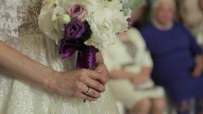 Noivo e noiva em seu dia do casamento na igreja Apenas casal vídeo filme