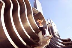 Noivo e noiva em uma construção metálica grande Fotografia de Stock Royalty Free