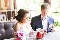 Noivo e noiva felizes junto no café que tem o divertimento Pares felizes do recém-casado no casamento Foto de Stock