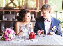 Noivo e noiva felizes junto no café que tem o divertimento Pares felizes do recém-casado no casamento Fotos de Stock