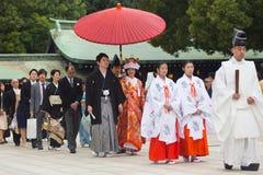 Noivo e noiva felizes novos durante a cerim?nia de casamento tradicional japonesa no santu?rio de Meiji-jingu no T?quio, Jap?o so fotografia de stock