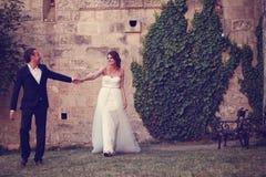 Noivo e noiva fora imagem de stock