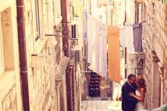 Noivo e noiva fora em uma rua estreita em seu dia do casamento Imagem de Stock