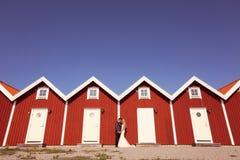 Noivo e noiva perto das casas vermelhas Foto de Stock