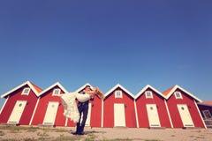 Noivo e noiva perto das casas vermelhas Fotos de Stock Royalty Free