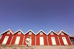 Noivo e noiva perto das casas vermelhas Imagem de Stock