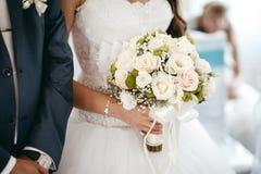 Noivo e noiva que guardam o ramalhete do casamento Fotos de Stock