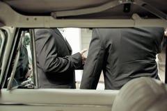 Noivo e o melhores homem e limusina Fotografia de Stock