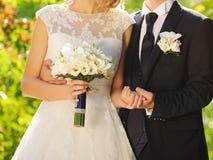 Noivo Embracing Wife Fotos de Stock