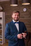Noivo feliz que guarda a aliança de casamento em sua mão fotografia de stock