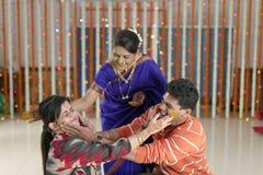 Noivo hindu indiano com pasta da cúrcuma na cara com mãe fotos de stock royalty free