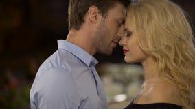 Noivo louro sedutor das trocas de carícias da mulher Pares que abraçam e que nuzzling Close-up video estoque