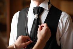Noivo na camisa branca e na calças preta Fotografia de Stock Royalty Free