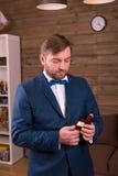 Noivo no terno luxuoso que guarda a caixa com aliança de casamento imagens de stock royalty free