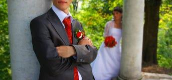 Noivo perto da coluna. Foto de Stock Royalty Free