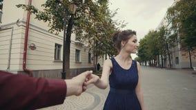 Noivo principal da mulher moreno bonita que anda na rua conceito do curso video estoque