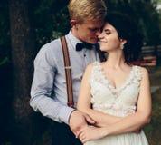 Noivo que abraça delicadamente sua noiva foto de stock