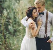 Noivo que abraça delicadamente sua noiva imagem de stock
