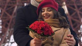 Noivo que dá o ramalhete das rosas à menina, par feliz no encontro do amor exterior video estoque
