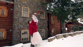 Noivo que gerencie a noiva feliz que guarda e que gerencie a em suas mãos na casa de campo weathernear da vila da estância de esq vídeos de arquivo