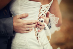 Noivo que guarda a noiva Fotografia de Stock