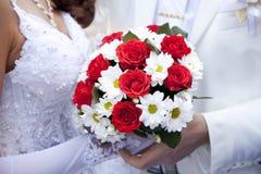 Noivo que mantem a mão da noiva Fotografia de Stock