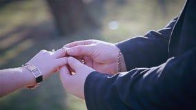 Noivo que põe sobre a aliança de casamento video estoque
